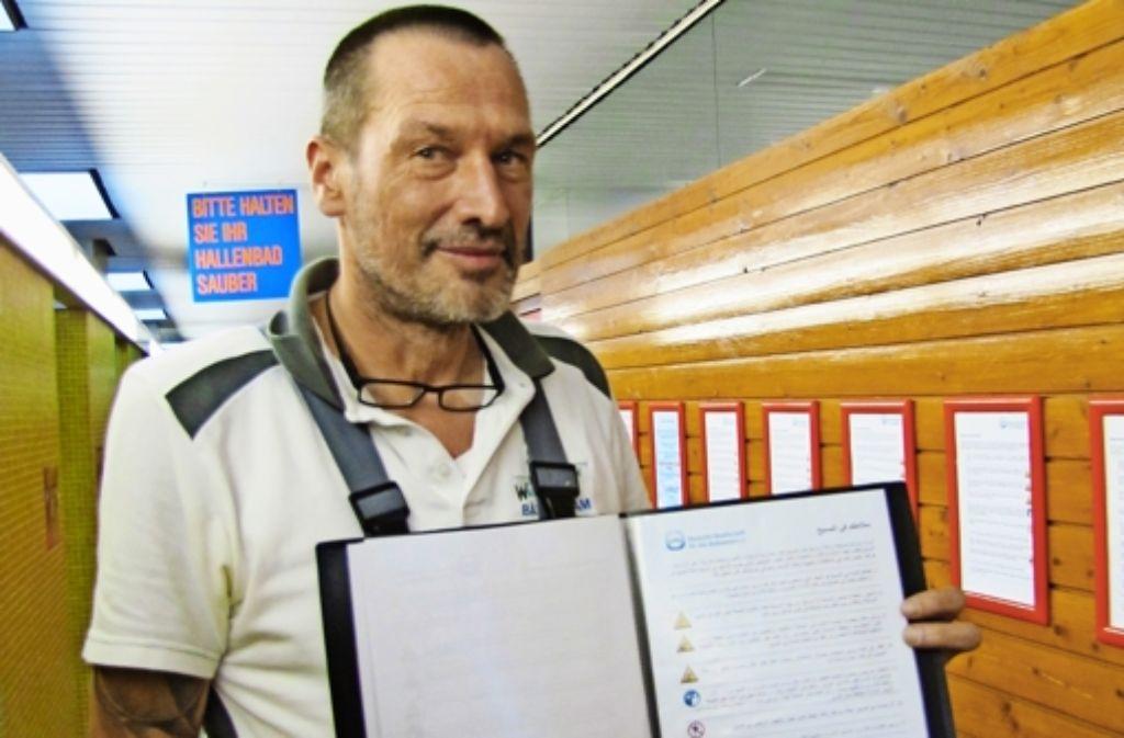 Betriebsleiter Michael van den Borg hat die Richtlinien der Haus- und Badeordnung in acht Sprachen ausgedruckt und im Gang zum Umkleidebereich ausgehängt. Foto: Claudia Barner
