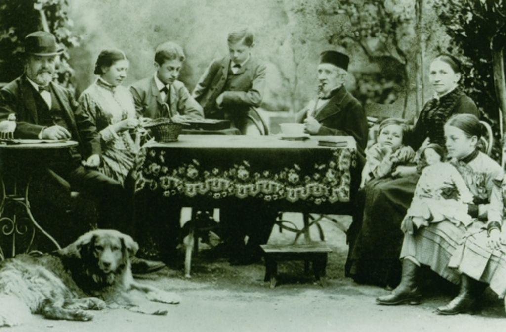 Gottlieb Daimler (links) im Kreise seiner Familie in Bad Cannstatt. Der StZ-Redakteur Erik Raidt hat ein Buch über Daimler und Bosch geschrieben. Foto: Heinz Heiss