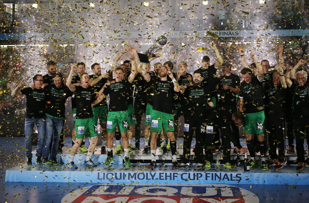 Freude pur bei den Göppinger Handballern um den Kapitän Manuel Späth (mit Pokal). Foto: Pressefoto Baumann