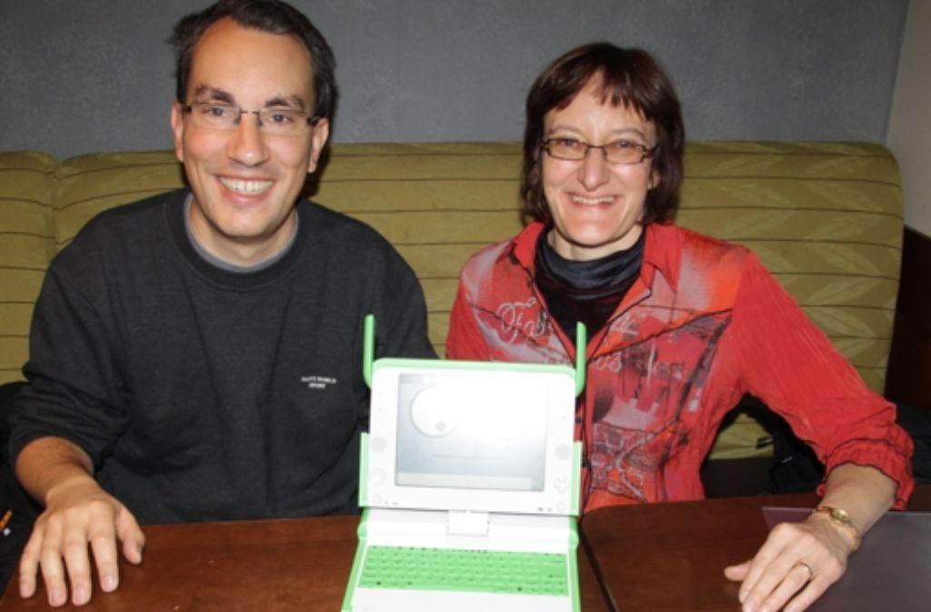Marc Schuller und Erika Cammi vom Verein WCE haben bereits 100 neue Laptops vom Typ OX-1.5 nach Ruanda geliefert. Foto: Ralf Recklies