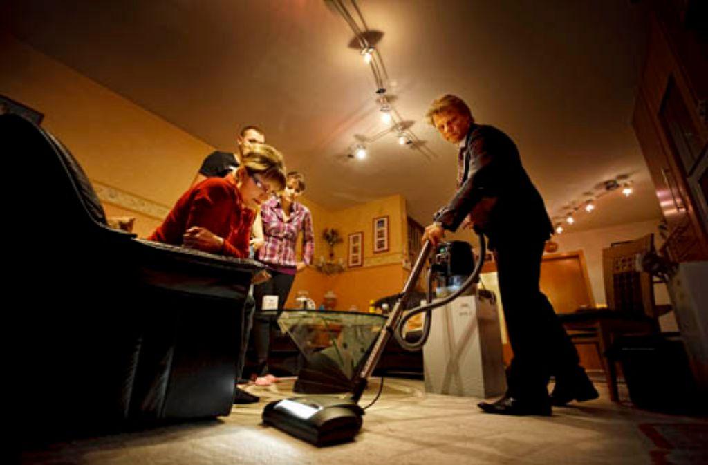 Ist das nicht toll? Michael Hausenblas saugt bei Sengers in Göppingen. Foto: Stoppel