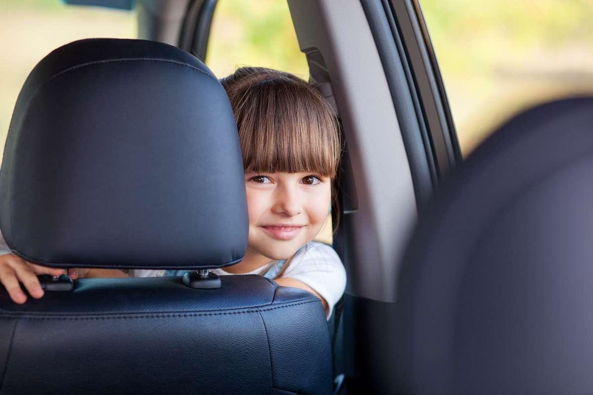 Ab wann darf man im Auto vorne sitzen? Foto: Olena Yakobchuk/Shutterstock