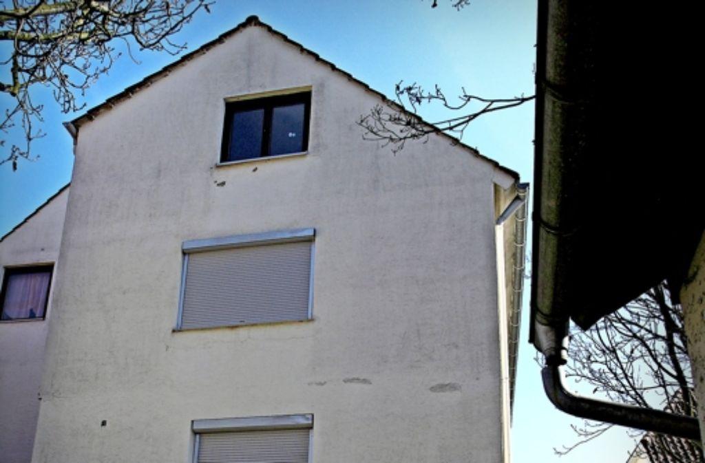 Im Juli 2013 hat es in der Asylunterkunft in Bad Buchau gebrannt, die Feuerwehr konnte damals das Schlimmste verhindern.  Das Haus ist längst wieder bewohnt, seit dem Anschlag kümmert sich ein Freundeskreis um  die Flüchtlinge Foto: Bäßler/Weiss