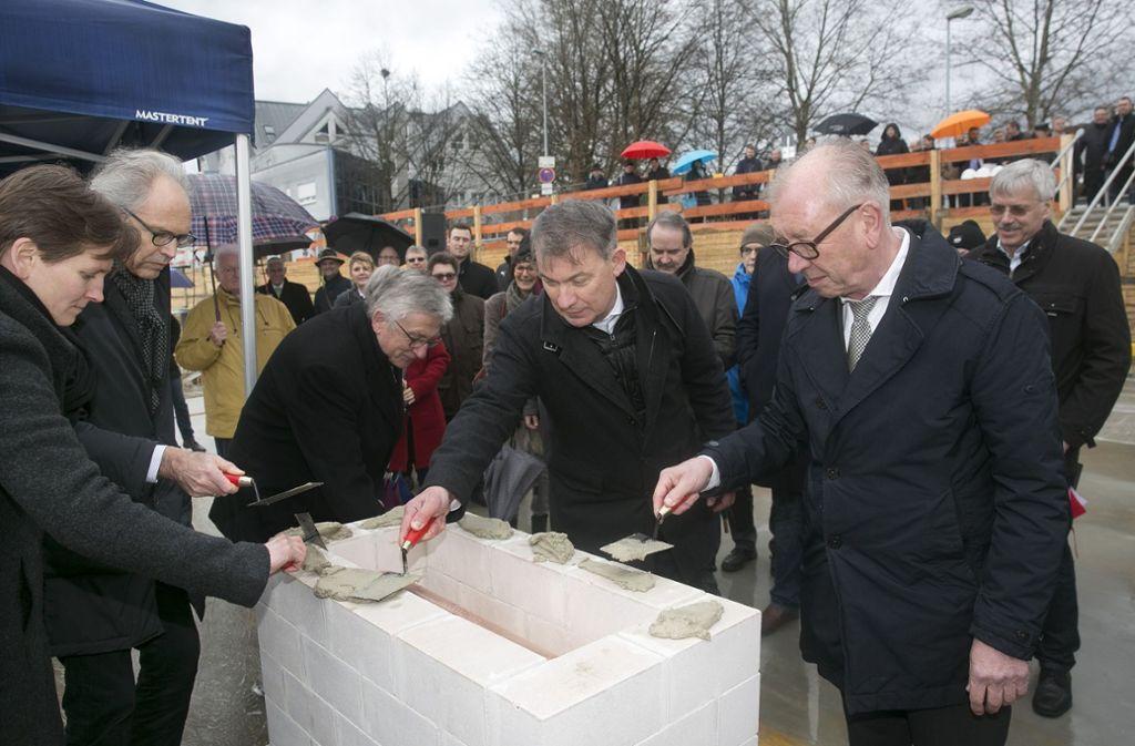 """Feierlich werden tagesaktuelle """"Zutaten"""" in den Grundstein eingemauert. Foto: Horst Rudel"""