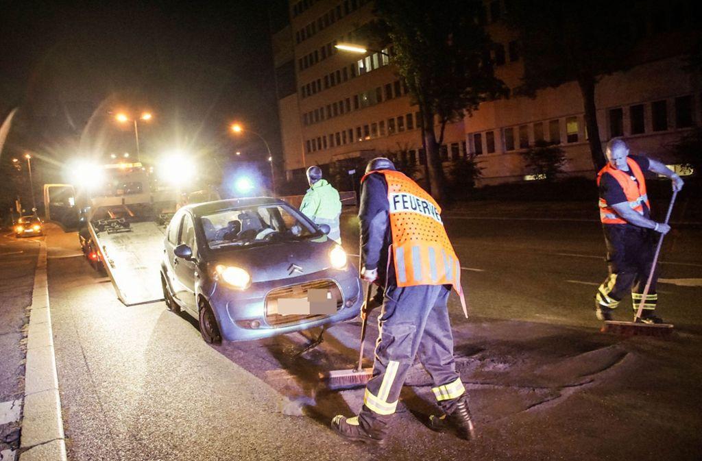 Das Unfallauto hinterließ eine Ölspur auf der Straße. Foto: SDMG/Dettenmeyer