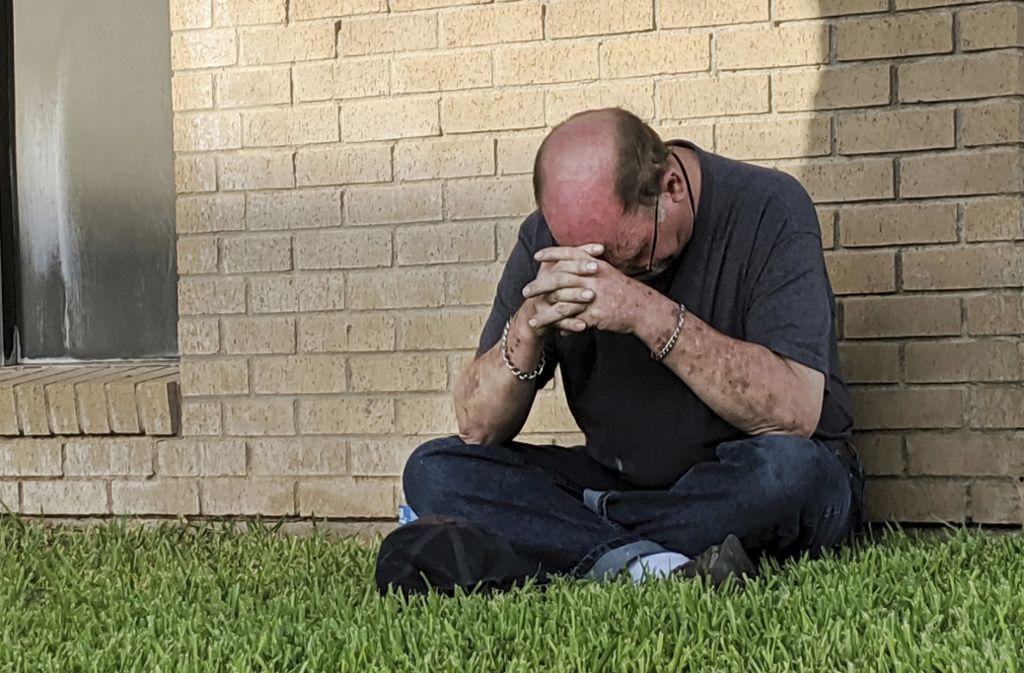Ein Mann betet nahe der Notfallaufnahme eines Krankenhauses in Odessa, Texas. Foto: AP