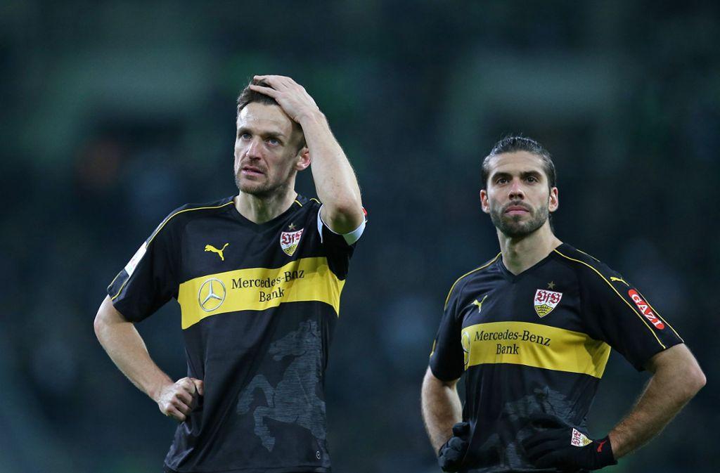 Frust pur bei Christian Gentner (links) und Emiliano Insua vom VfB Stuttgart nach der 0:3-Niederlage bei Borussia Mönchengladbach. Foto: Pressefoto Baumann