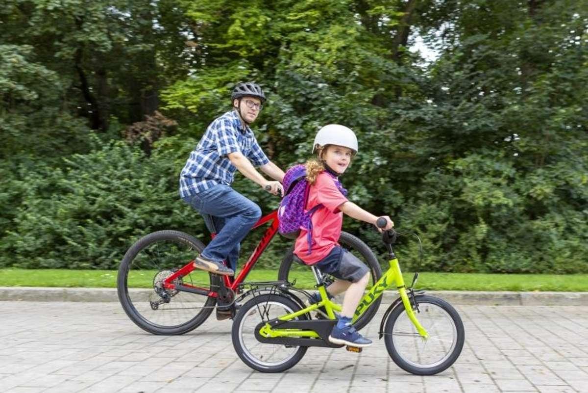 Mit dem Fahrrad zur Schule fahren, das schont nicht nur die Umwelt, sondern sorgt gleich am Morgen für Bewegung und gute Laune. Gerne dürfen die Eltern die jüngeren Schüler dabei begleiten. Das gibt Sicherheit - wie unsere Übungen in der Bilderstrecke. Foto: www.pd-f.de/ Kay Tkatzik