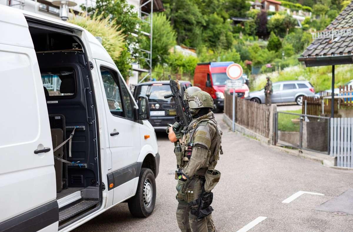Massive Polizeipräsenz in Oppenau: Beamte des SEK suchen nach Yves R. Foto: dpa/Philipp von Ditfurth