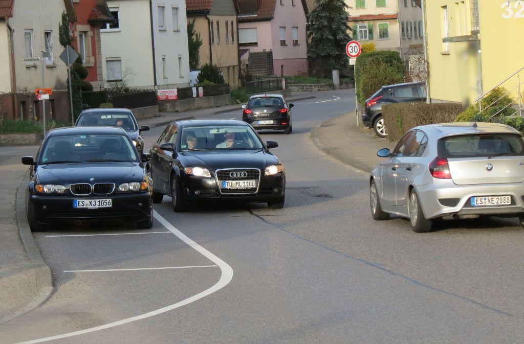 Auf der Bahhofstraße sind zur Verkehrsberuhigung Parkbuchten markiert worden Foto: Archiv Häusser