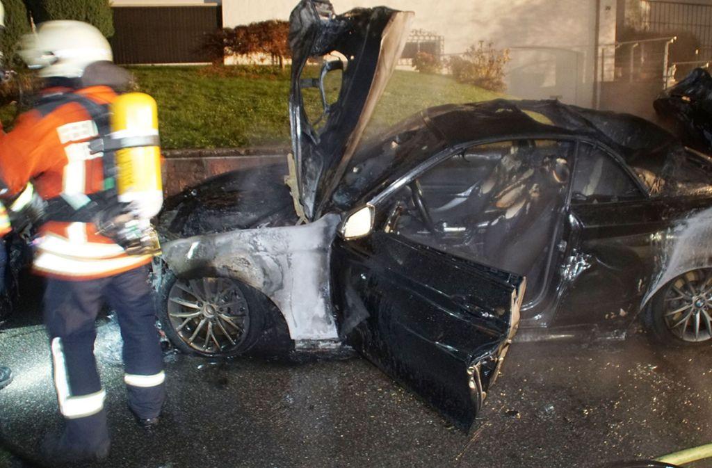 Die Feuerwehr  konnte nicht mehr helfen – das Fahrzeug brannte völlig aus. Foto: SDMG/SDMG / Gress