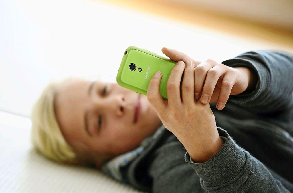 Das internetfähige Smartphone gehört bei vielen Kindern und Jugendlichen zur Grundausstattung. Foto: dpa/Tobias Hase