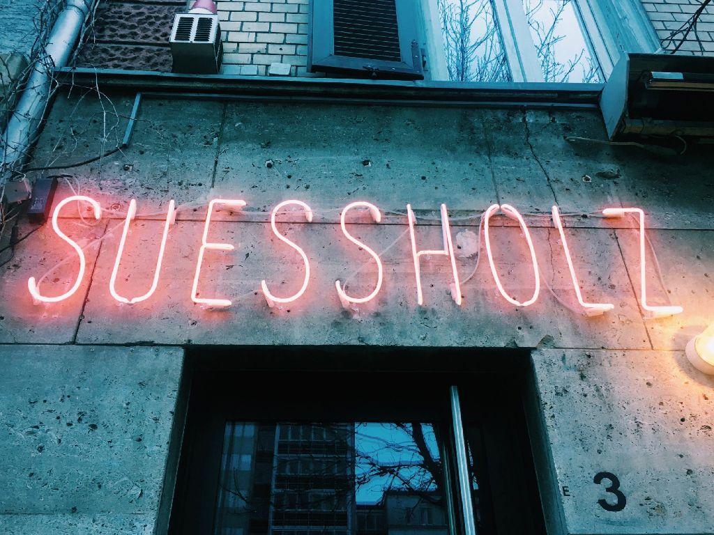 Kunst und Design an jeder Ecke: In der Bar Süßholz am Wilhelmsplatz wurde gestalterisch Vollgas gegeben. Foto: Tanja Simoncev