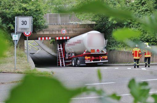 Gaslaster bleibt unter Brücke stecken