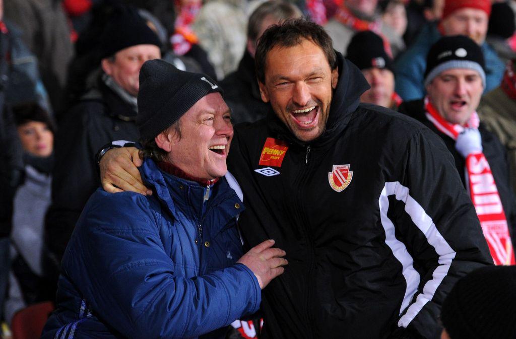 """Claus-Dieter Wollitz (rechts), Spitzname """"Pele"""", ist der Trainer von Energie Cottbus. Foto: dpa"""