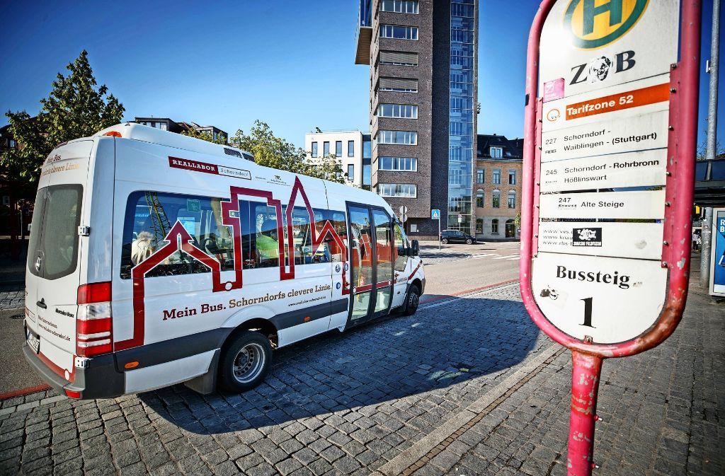 Die zwei  Versuchsbusse werden bereits im Schorndorfer Süden getestet. Foto: Gottfried Stoppel