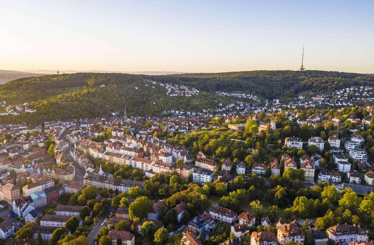 Blick auf Stuttgart-Gablenberg – Wohnen in Stuttgart ist nach wie vor teuer. (Archivbild) Foto: imago images/Westend61/Werner Dieterich via www.imago-images.de