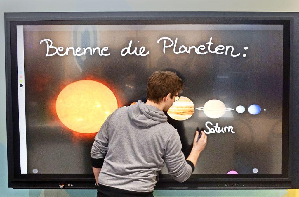 Von digitalen Unterrichtsmaterialien, wie sie bei der Didacta in Hannover präsentiert wurden, sind viele Schulen noch weit entfernt. Foto: dpa