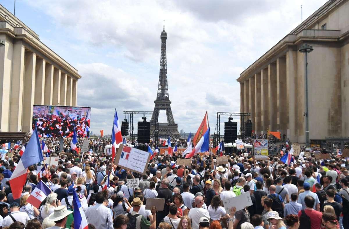 Gegen die verschärften Corona-Regerungen gehen in Frankreich die Menschen auf die Straße. Doch die Mehrheit der Franzosen befürwortet die Entscheidung der Regierung. Foto: dpa/Alain Jocard