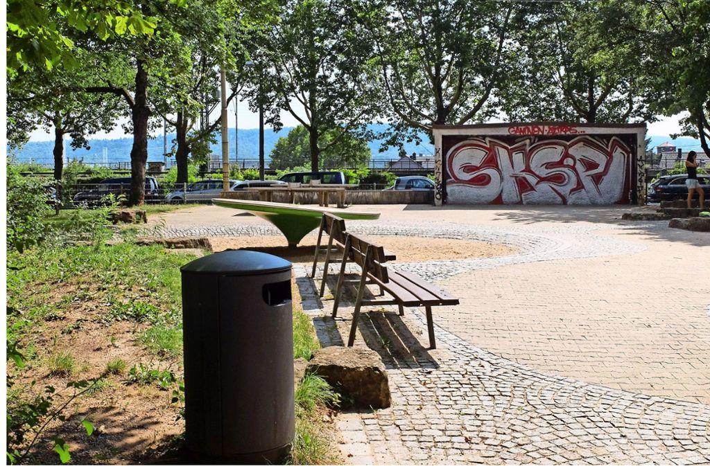 Der Spielplatz Deckerstraße gehört zu den 70 Problemspielplätzen. Seit er öfter gereinigt wird, sieht es besser aus. Foto: Iris Frey