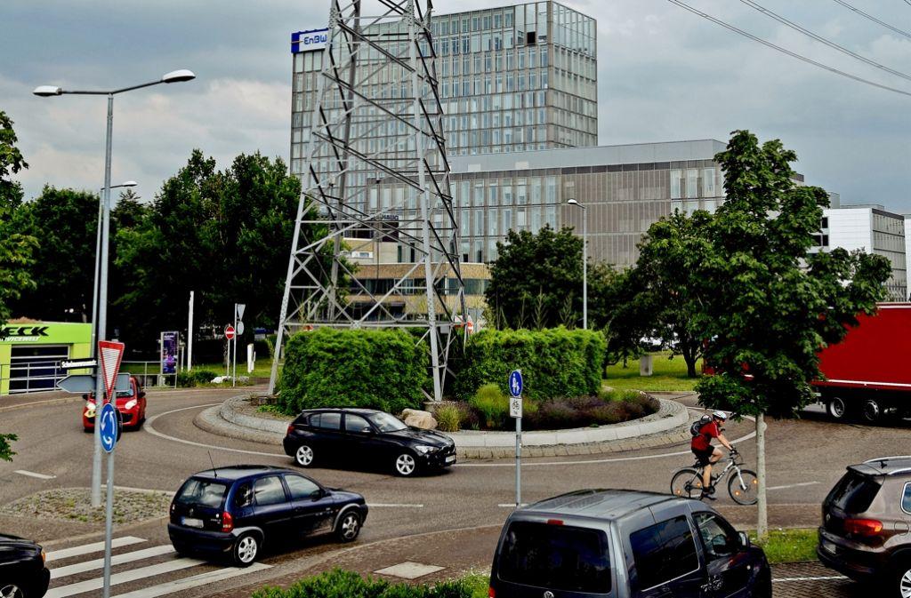 Der Kreisverkehr an der Schelmenwasen- und Heigelinstraße bildet den Knotenpunkt, an dem sich der Verkehr durch das Gewerbegebiet zurückstaut. Foto: Alexandra Kratz