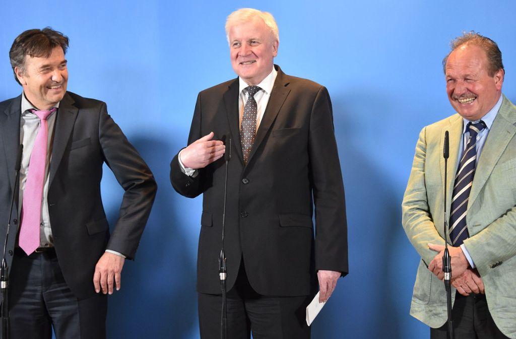 Übermüdete, aber gut gelaunte Matadoren  bei der nächtlichen Präsentation des Abschlusses: VKA-Präsident Thomas Böhle, Innenminister Horst Seehofer und Verdi-Chef Frank Bsirske (von links). Foto: dpa