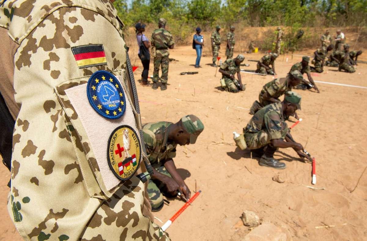 Bundeswehrsoldaten bilden bisher Pioniere der Armee Malis aus. Eben dies stößt nach dem Putsch auf Kritik. Foto: dpa/Maurizio Gambarini