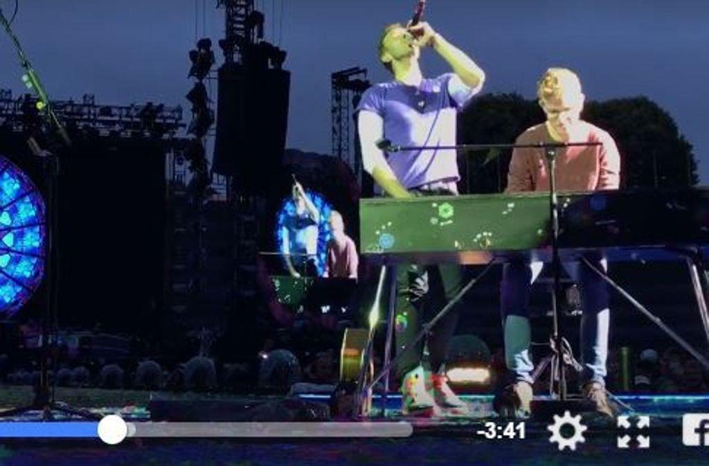 Fan Ferdinand spielt mit Coldplay auf der Bühne. Foto: Screenshot Facebook/@Coldplay