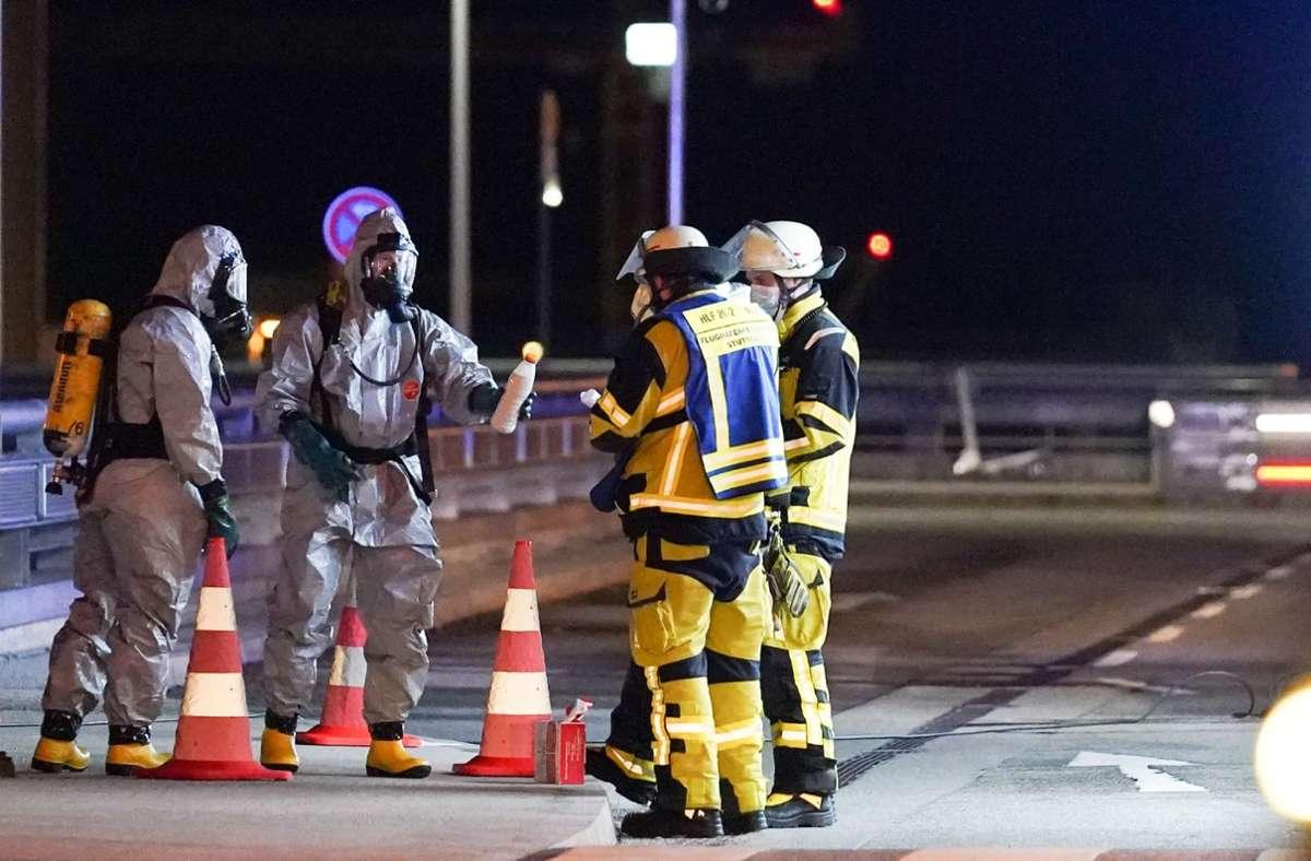 Spezialkräfte von Bundespolizei und Feuerwehr überprüften den Inhalt der Flaschen. Foto: SDMG/Kohls