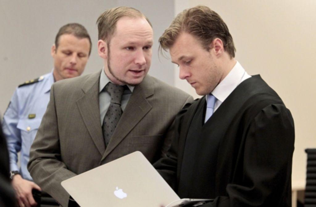 Der Attentäter mit einem seiner Anwälte, Tord Jordet Foto: dpa