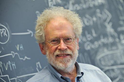 Der Physiker Anton Zeilinger demonstriert mit spektakulären Experimenten die sonderbaren Eingeschaften der Quanten. Foto: dpa