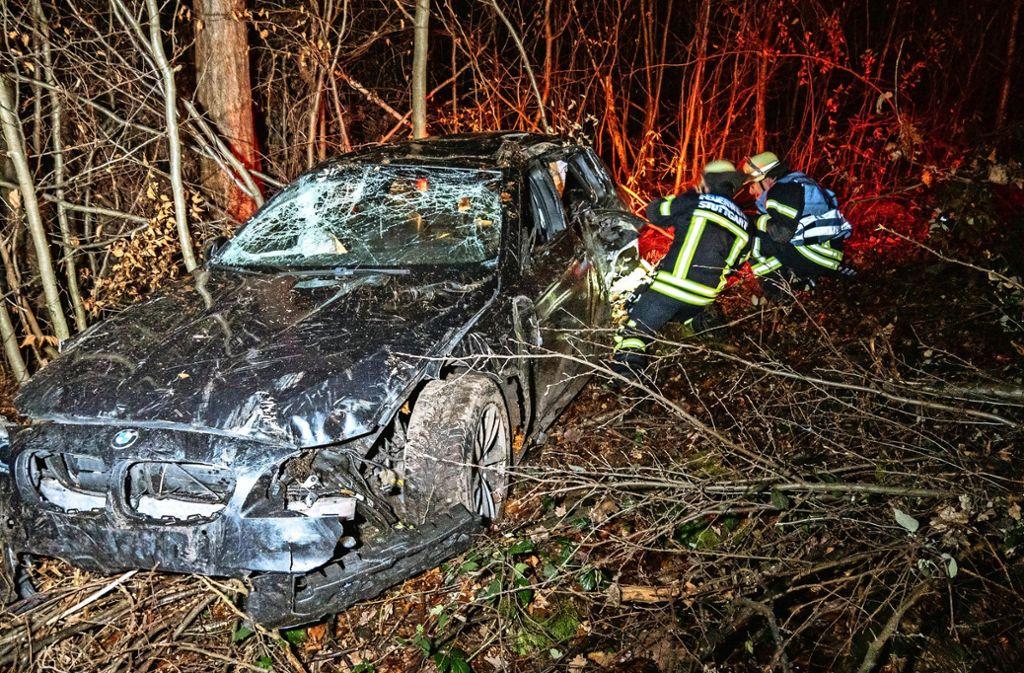 Ein Wrack im Wald: Einer von mehreren spektakulären Unfällen auf der Hedelfinger Filderauffahrt. Foto: 7aktuell.de/Alexander Hald