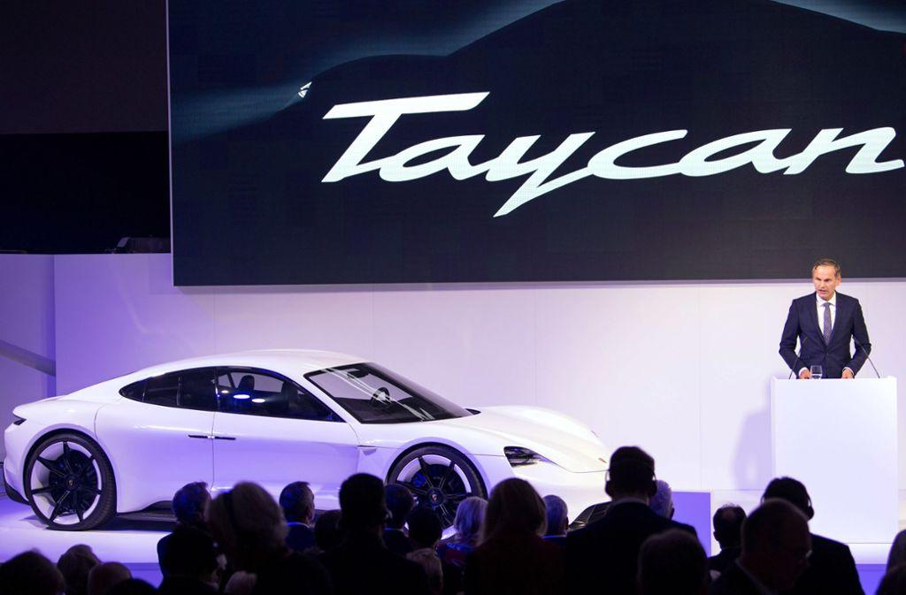 """Im Sommer 2018 stellte Oliver Blume, Vorstandsvorsitzender der Porsche AG das E-Auto """"Taycan"""" vor. (Archivbild) Foto: dpa"""