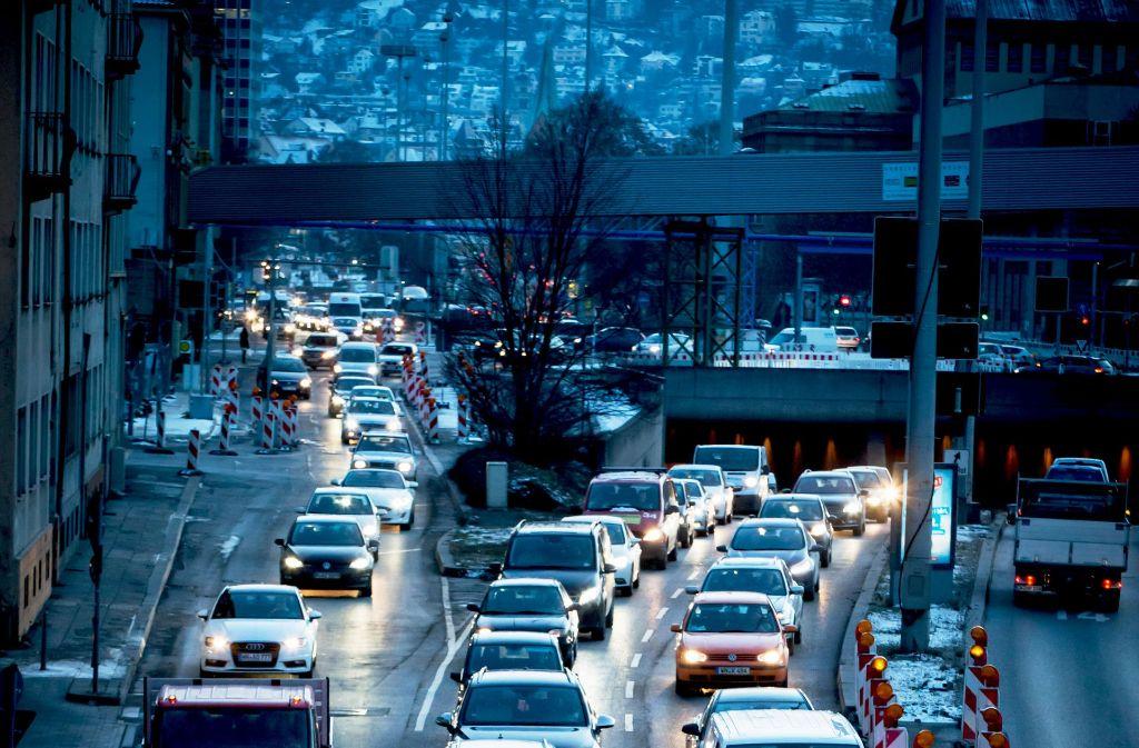 Der Verkehr  in der Stadt müsste für eine  bessere Luftqualität halbiert werden. Foto: Lg/Achim  Zweygarth
