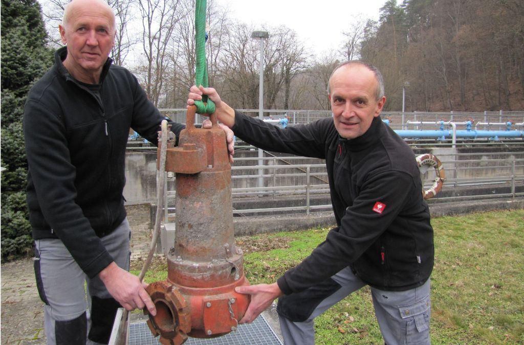 Wenn die Pumpen verstopft sind, müssen Gerd und Klaus Fauser (von links) in die Regenrückhaltebecken steigen. Mitunter hilft nur ein Ausbau der Teile. Foto: Barner
