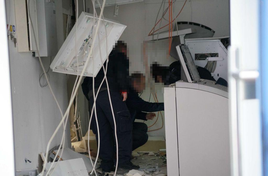 Polizeibeamte suchten in dem Raum akribisch nach Hinweisen auf die Täter. Foto: /SDMG/Kohls