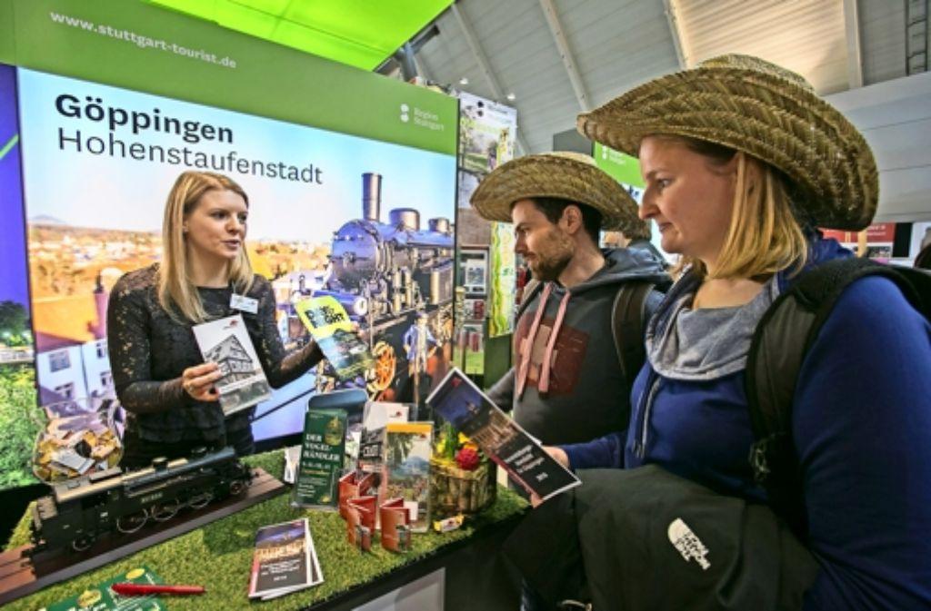 Märklin-Lok am Messestand: auch Lisa Herr vom Göppinger Stadtmarketing hatte auf der CMT alle Hände voll zu Foto: Steinert