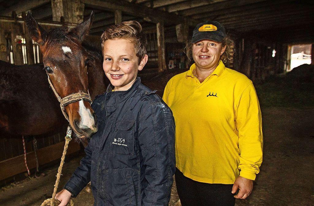 Mutter und Sohn teilen eine Leidenschaft: die Liebe zu den Altwürttemberger Pferden. Foto: Ines Rudel