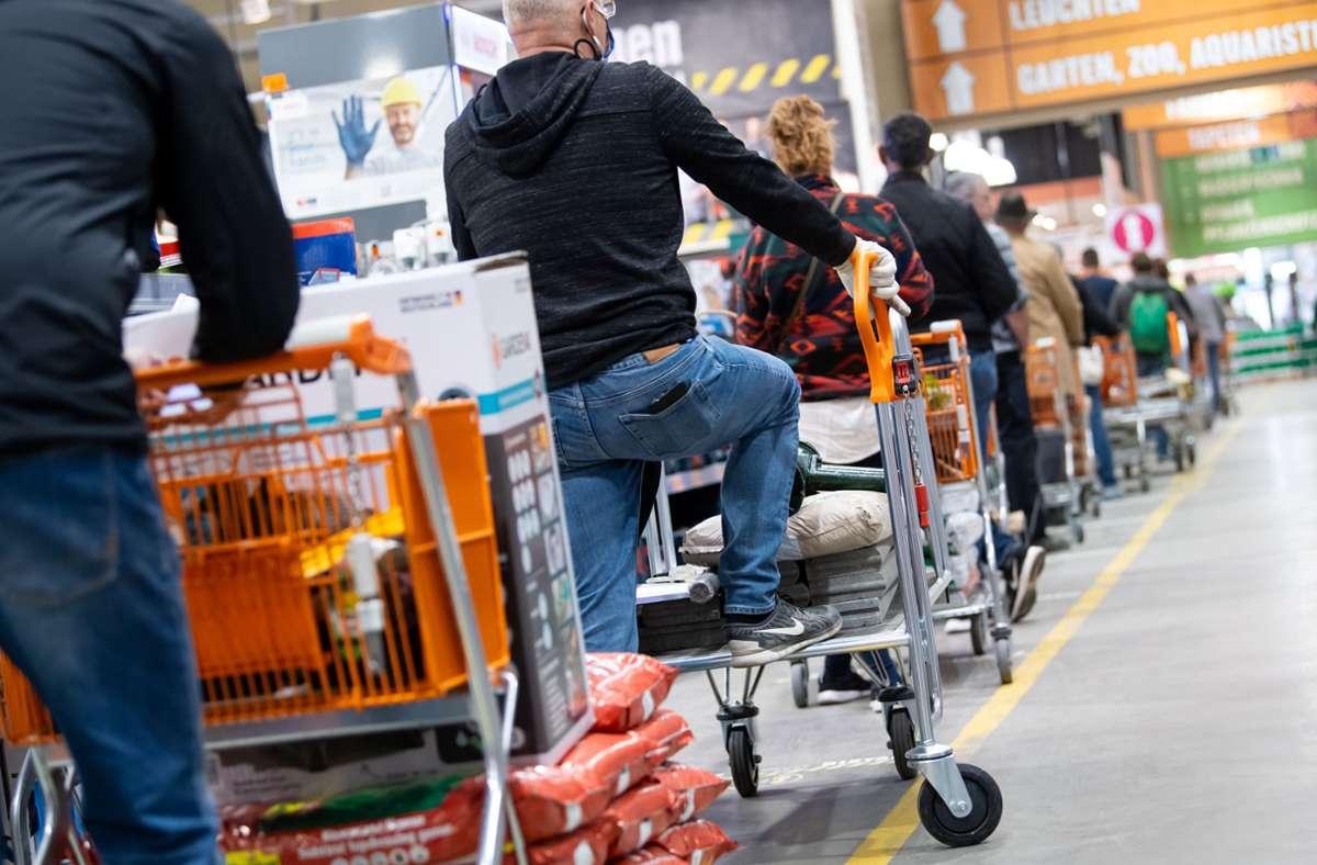 Das Foto zeigt einen Baumarkt in München, bevor diese in dem Freistaat schließen mussten. (Archivbild) Foto: dpa/Sven Hoppe