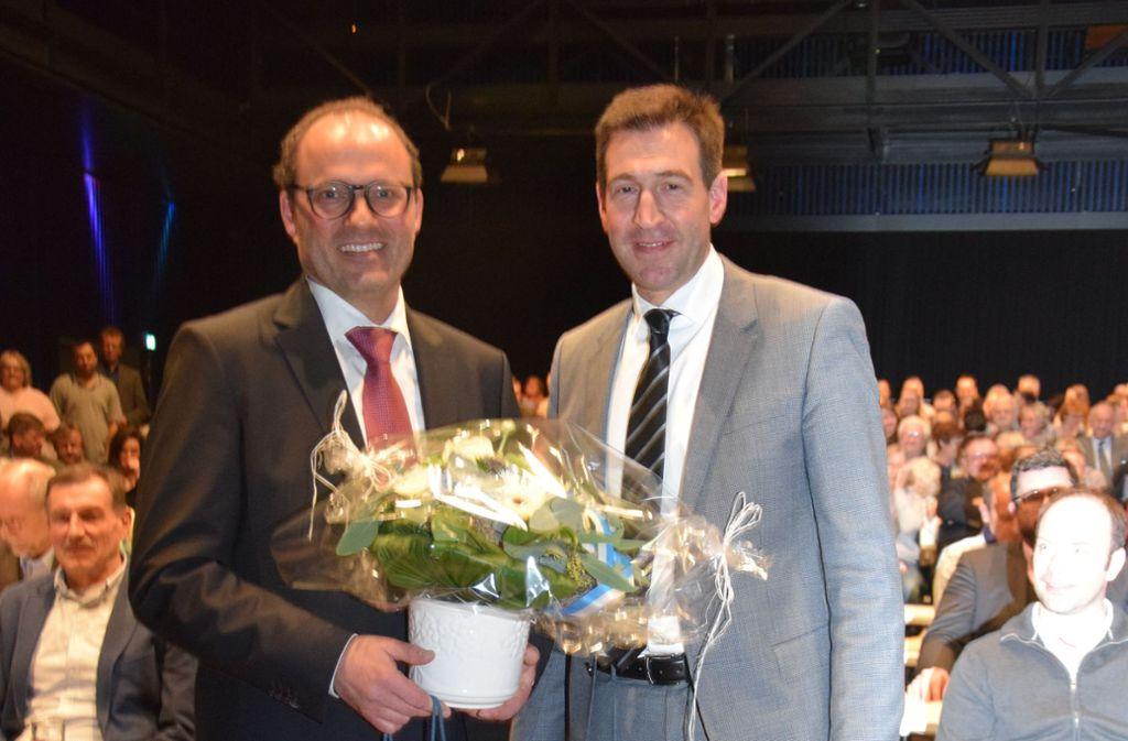 Blumen für den Sieger: Der Donaueschinger Oberbürgermeister Erik Pauly beglückwünscht seinen künftigen Stellvertreter Severin Graf (links). Foto: Stadt Donaueschingen