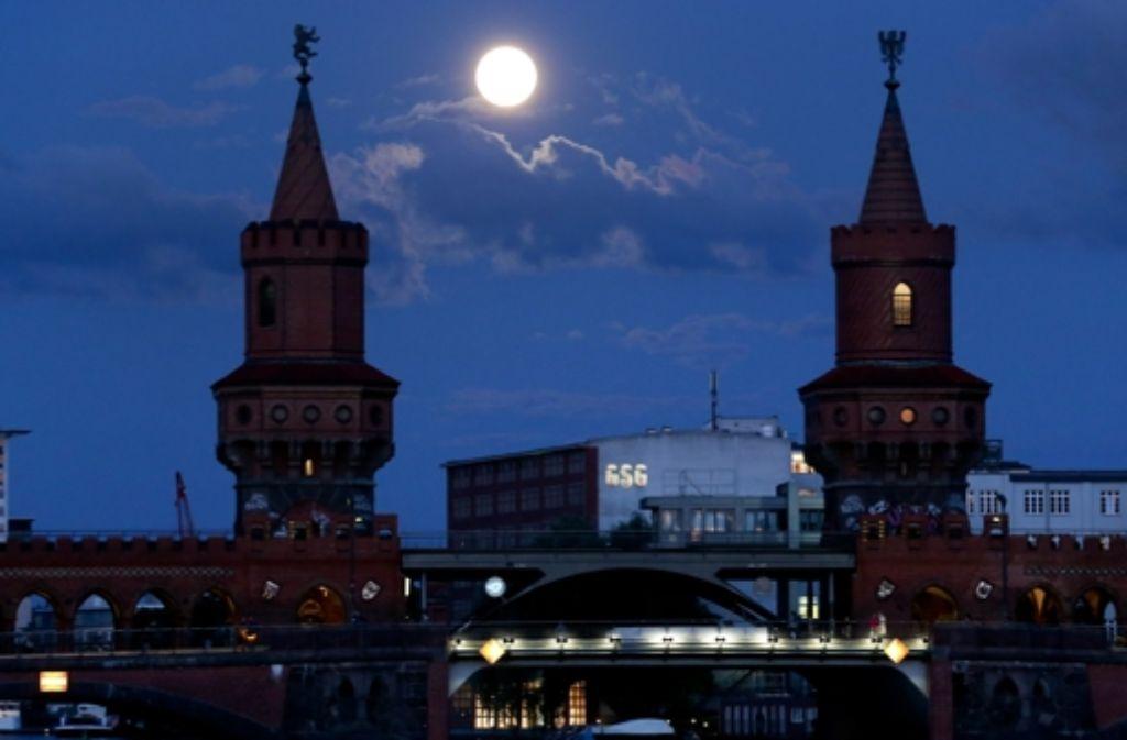 Die Oberbaumbrücke: Symbol von Kreuzberg als Heimat derer, die nach einem anderen Lebensmodell suchen. Doch die Utopie zerbricht. Foto: dpa