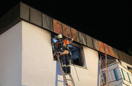 Feuer in Wohngebäude - Bewohner bei Suche nach Ursache verletzt