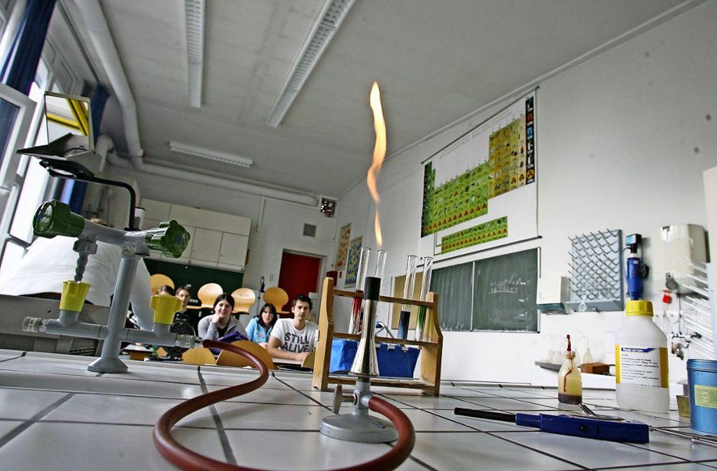 Die Sicherheitsanforderungen an den Chemieunterricht sind gestiegen. Auf der Südseite des Schulzentrums könnte ein Anbau entstehen. Foto: Sigerist/ Archiv