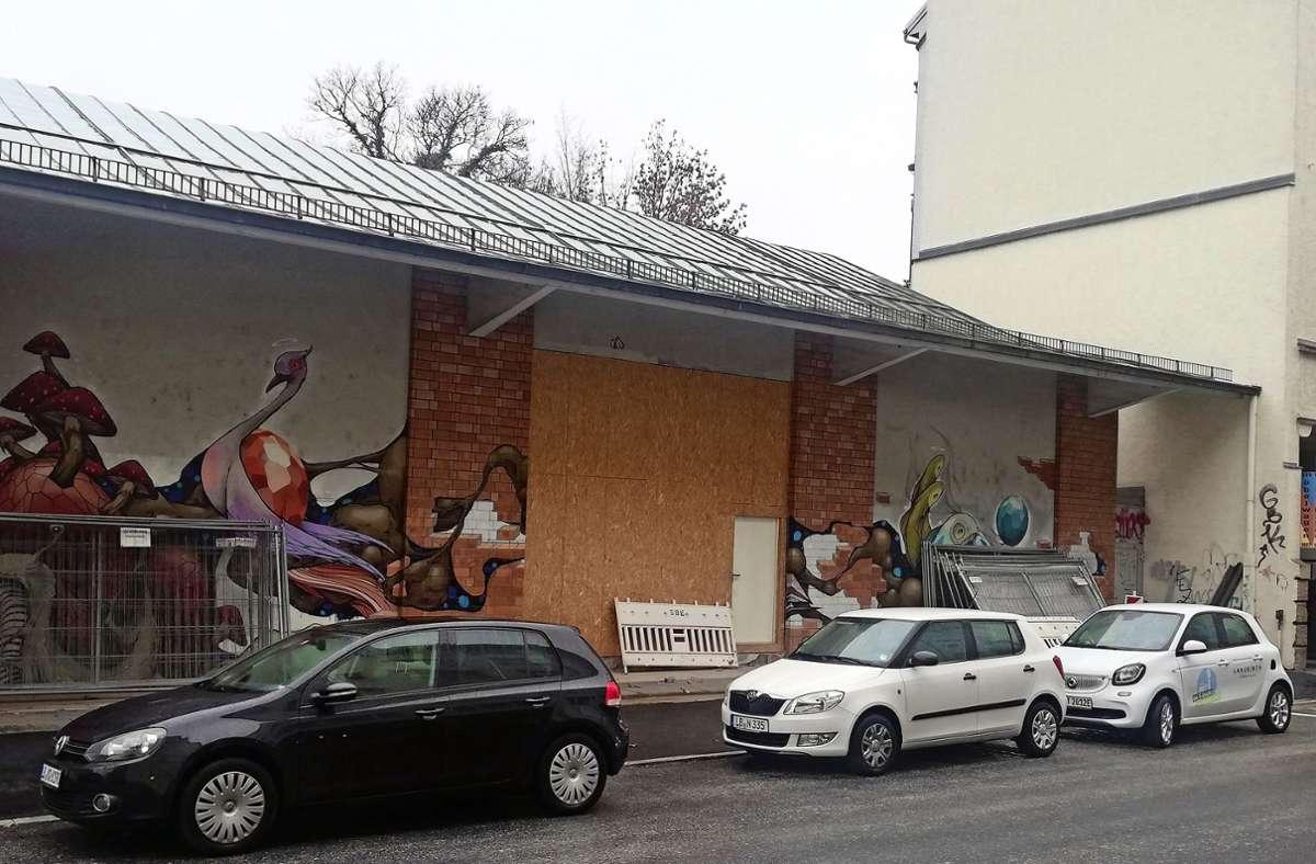 Auch die Stadtverwaltung hält an einer Umgestaltung der Fläche an der Urbanstraße fest. Vorübergehend können Autofahrer wieder parken. Foto: /Cedric Rehman