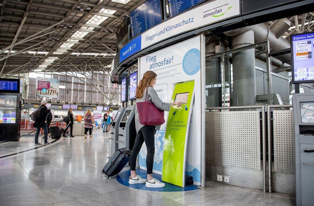 7. Für ein ruhiges Gewissen: Den eigenen Flug am Atmosfair-Stand kompensieren lassen.  Foto: Maks Richter