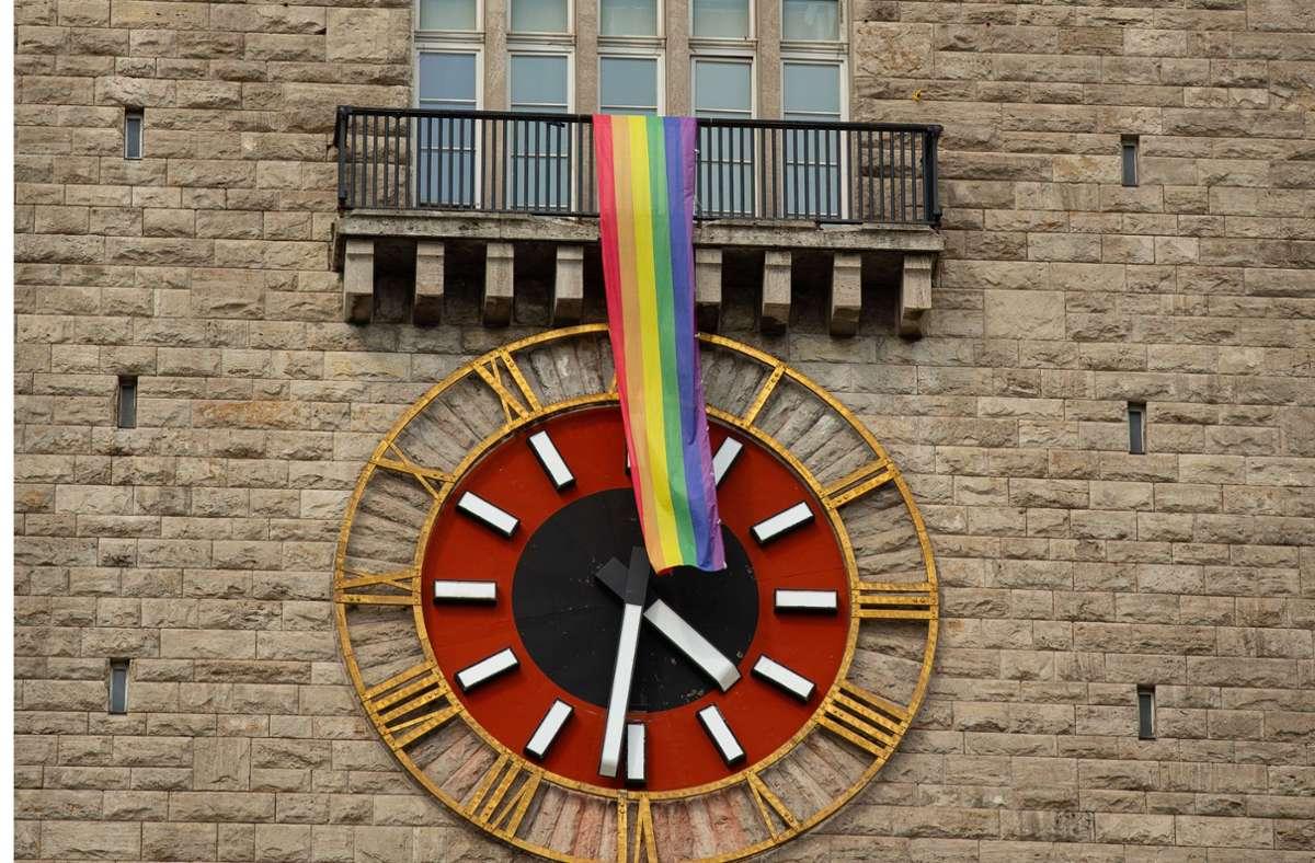 Eine vier Meter lange Regenbogenfahne hängt über der Uhr des Bahnhofsturms. Foto: Lichtgut/Leif Piechowski