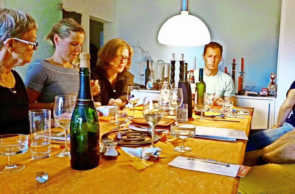 """Die Kochgruppe fünf, die sich über das Projekt """"Salz und Suppe"""" kennengelernt hat, trifft sich immer noch jeden Monat. Foto:"""