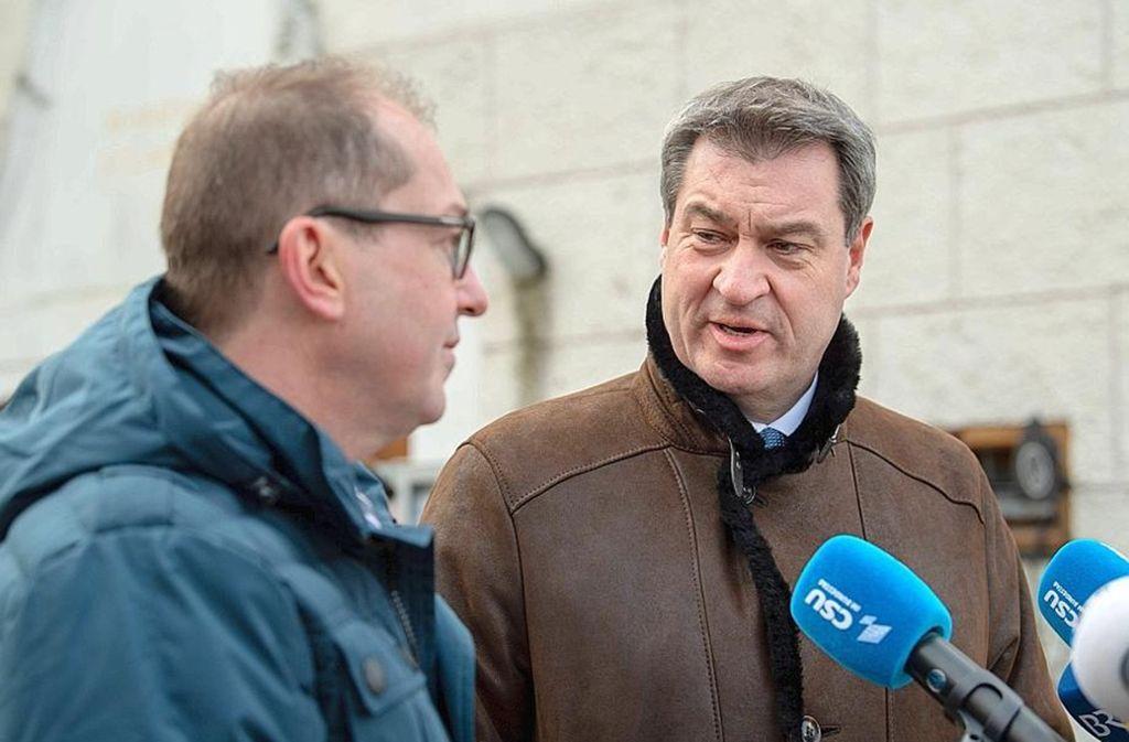Starke Männer trotzen auch der Winterkälte: CSU-Landesgruppenchef Alexander Dobrindt (links) und der angehende Parteichef, Ministerpräsident Markus Söder in Kloster Seeon Foto: imago