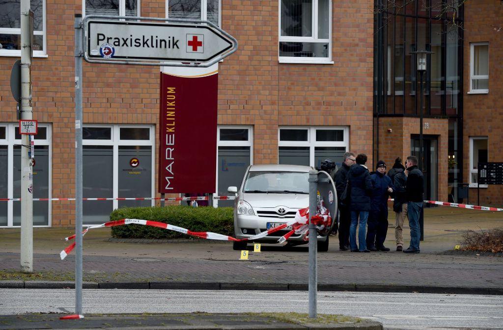 Schauplatz eines grausamen Verbrechens: Vor der Klinik in einem Vorort in Kiel hatte ein Mann am Mittwoch seine Ehefrau angezündet. Foto: dpa