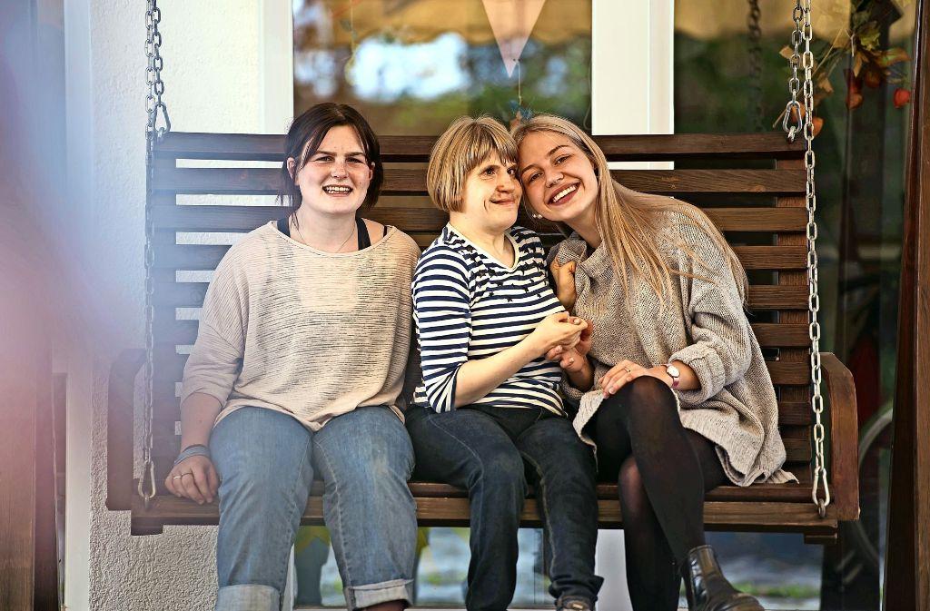 Die FSJ-lerinnen Caia (li.) und Eva (re.) haben sich im Behindertenzentrum mit Lisa angefreundet. Foto: Lichtgut/Max Kovalenko